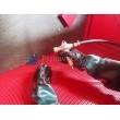 Kabinová pískovačka PK-SBC420-pohled dovnitř kabiny (prac. rošt, rukavice, pistole)